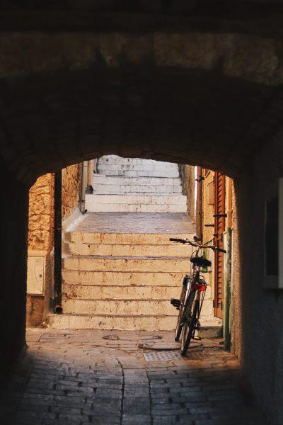 consigli-fotoritocco-5 una bicicletta in un vicolo