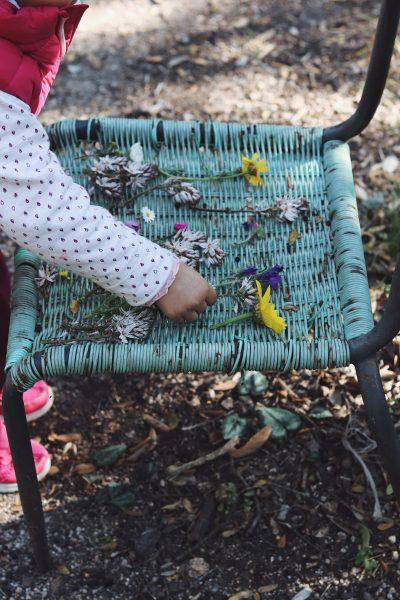 scattare foto floreali con il tuo smartphone una bambina con dei fiori