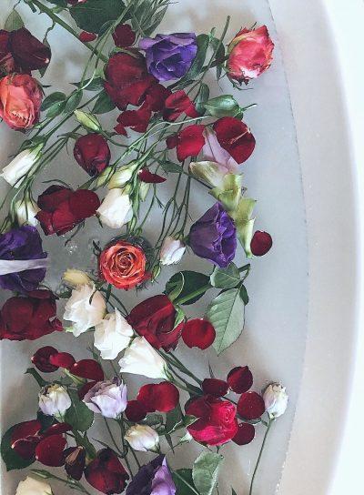 scattare foto floreali con il tuo smartphone un lavandino con dei fiori